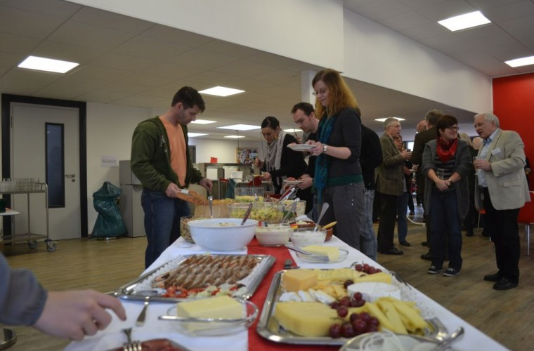 In der Mensa konnten die Gäste bei Speisen und Getränken persönlich vom Pensionär Abschied nehmen.