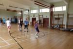 Die Mädchen spielen Basketball…