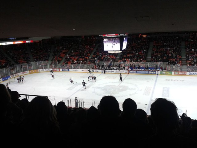 """""""Ice Hockey"""" ist der Nationalsport in Kanada. Die Leute sind dort ähnlich verrückt nach Hockey, wie wir in Deutschland nach Fußball."""