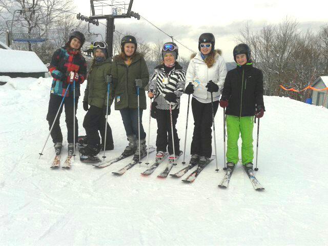 Im Dezember und Januar gab es richtig viel Schnee und es war richtig kalt. Wir sind oft Ski gefahren oder Eislaufen gegangen und es wurde noch mehr Hockey geguckt.