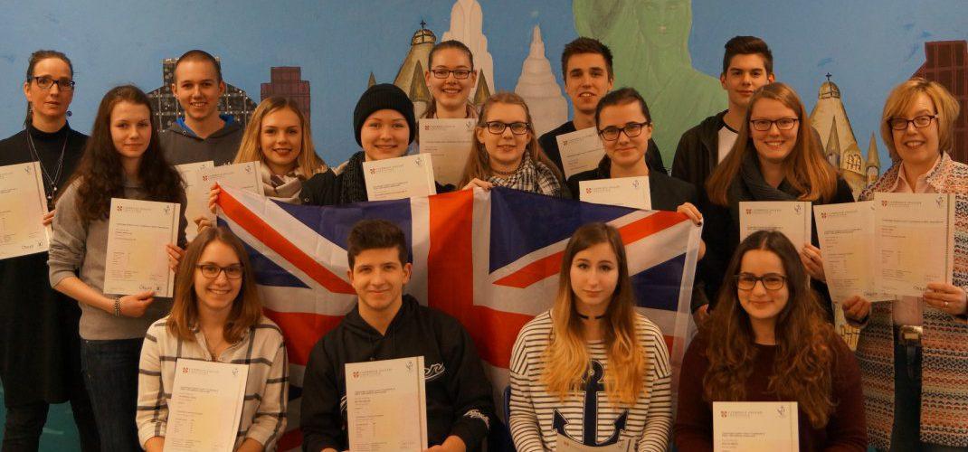 Erstmals erwerben auch Schülerinnen der Q1 das CAE-Examen