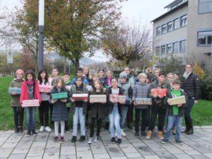 Schülerinnen und Schüler der Jahrgangsstufe 5 packen Schuhkartons als Geschenke